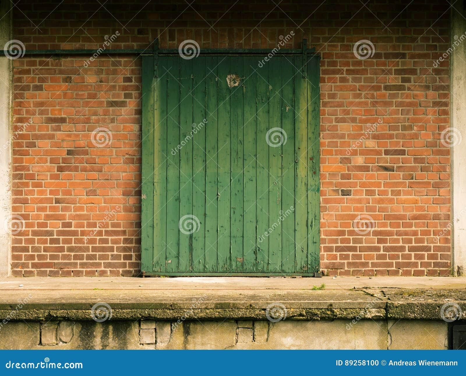 Vieille Porte En Bois Coulissante vieille porte coulissante en bois verte photo stock - image