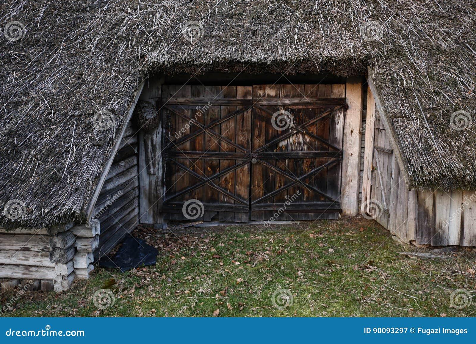 Vieille porte d 39 entr e en bois la vieille maison for Vieille porte en bois
