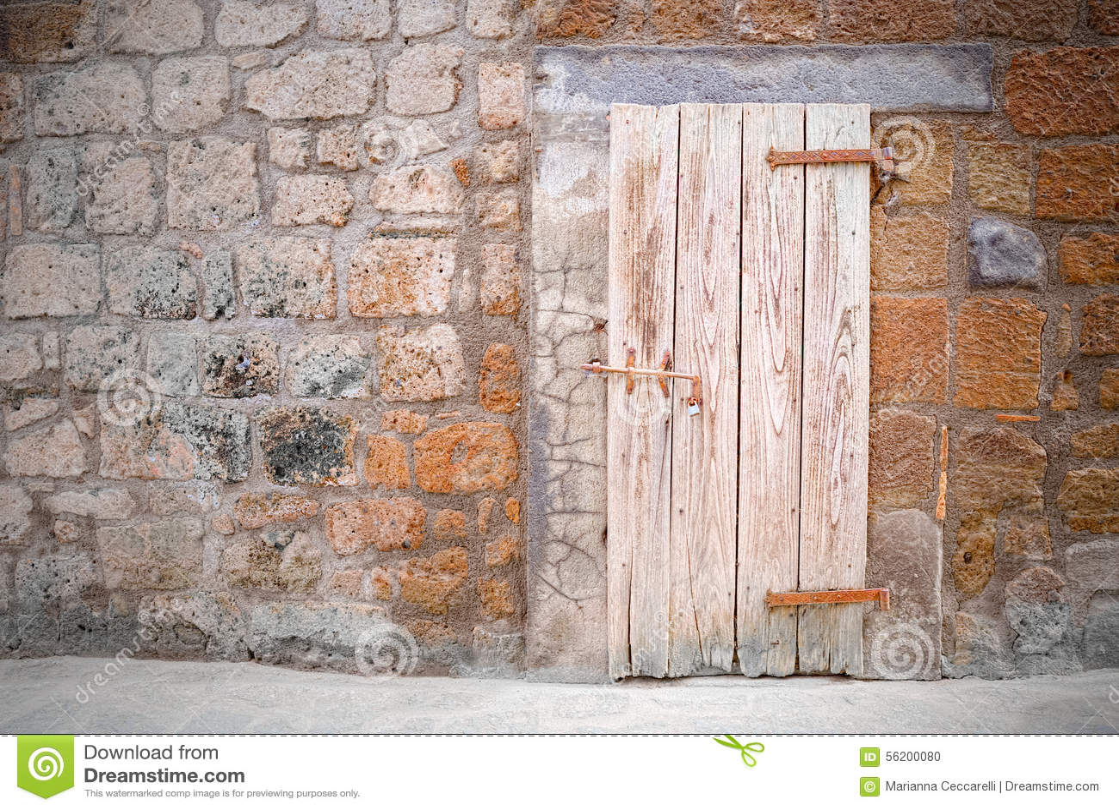 Vieille porte de cave dans le style ancien du village for Porte cave bois
