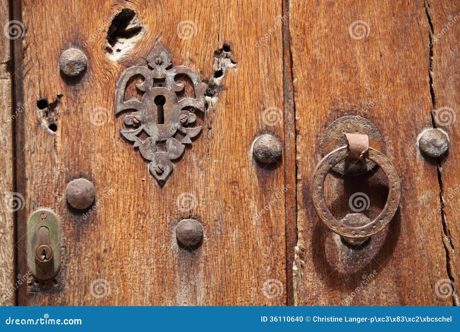 Vieille porte en bois avec la serrure et la poign e photo for Une poignee de porte