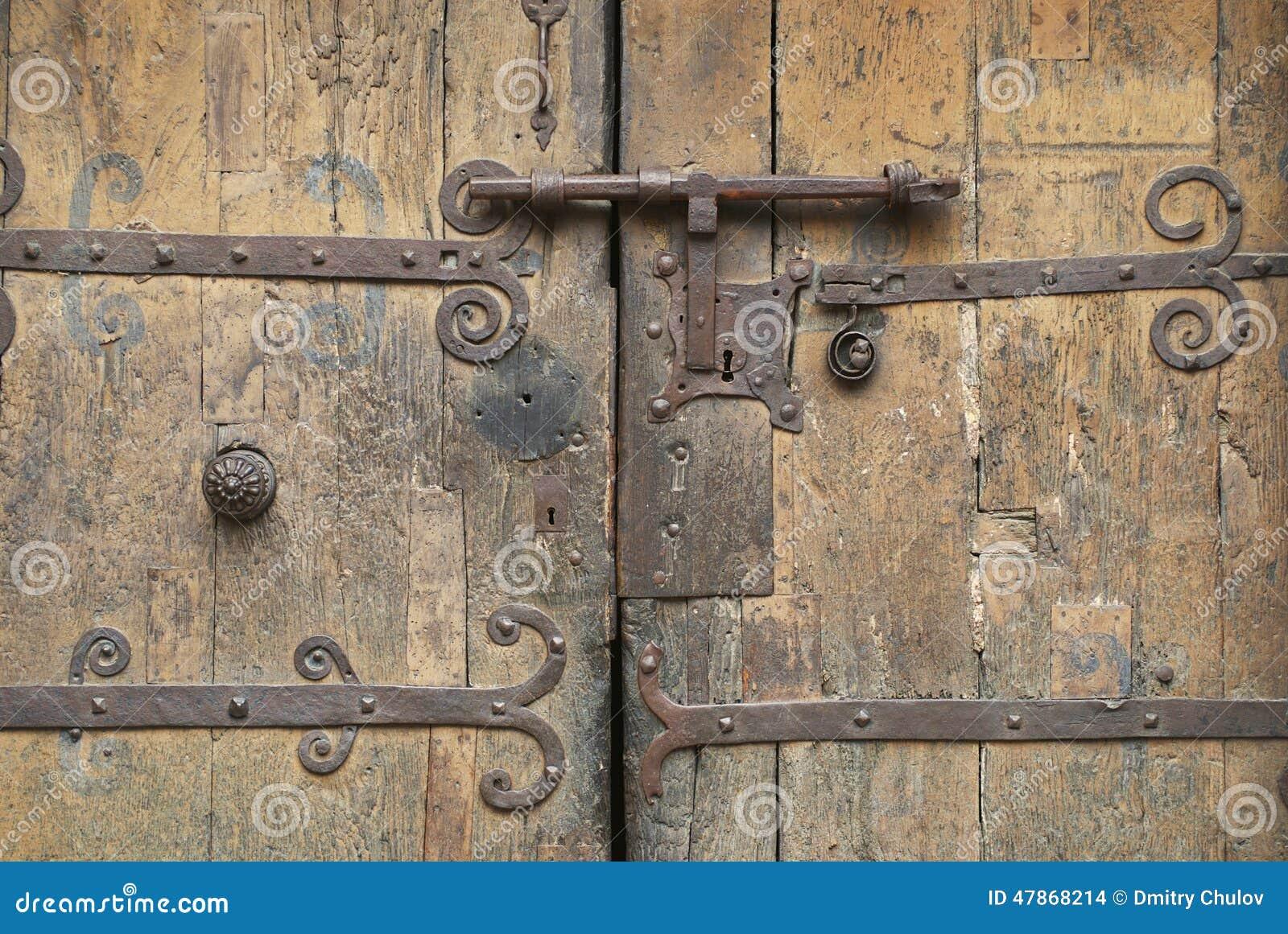 vieille porte en bois avec une serrure antique en m tal. Black Bedroom Furniture Sets. Home Design Ideas