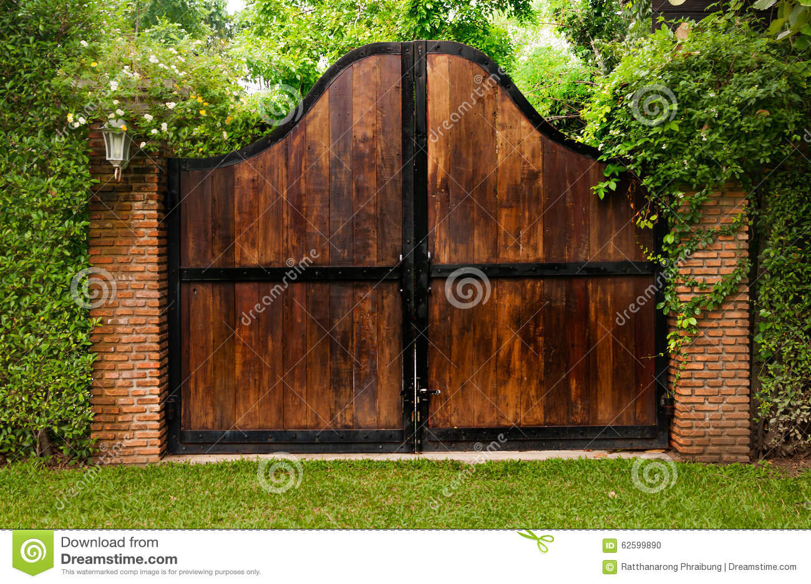 Vieille porte en bois dans un jardin envahi avec le lierre - Puertas de madera para jardin ...