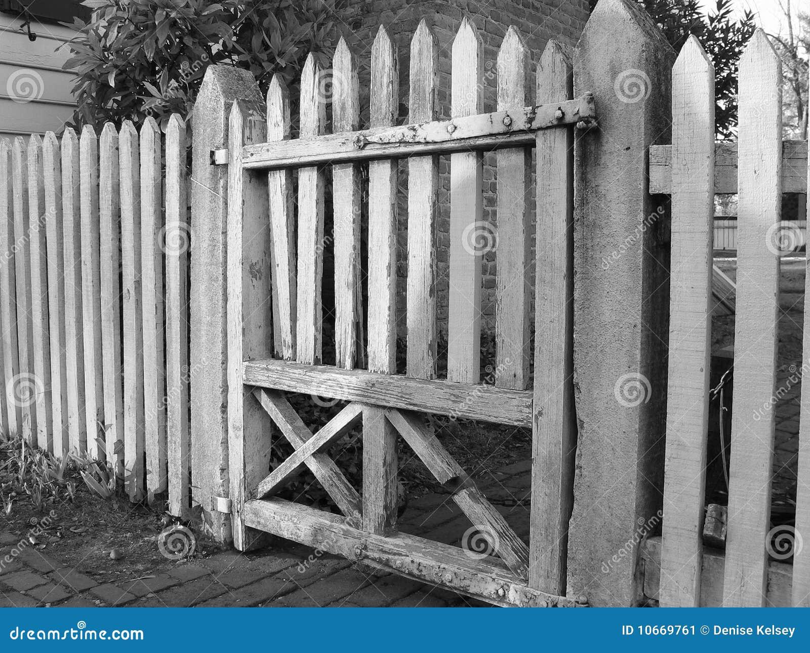 Vieille porte en bois noire et blanche image stock image for Porte blanche en bois