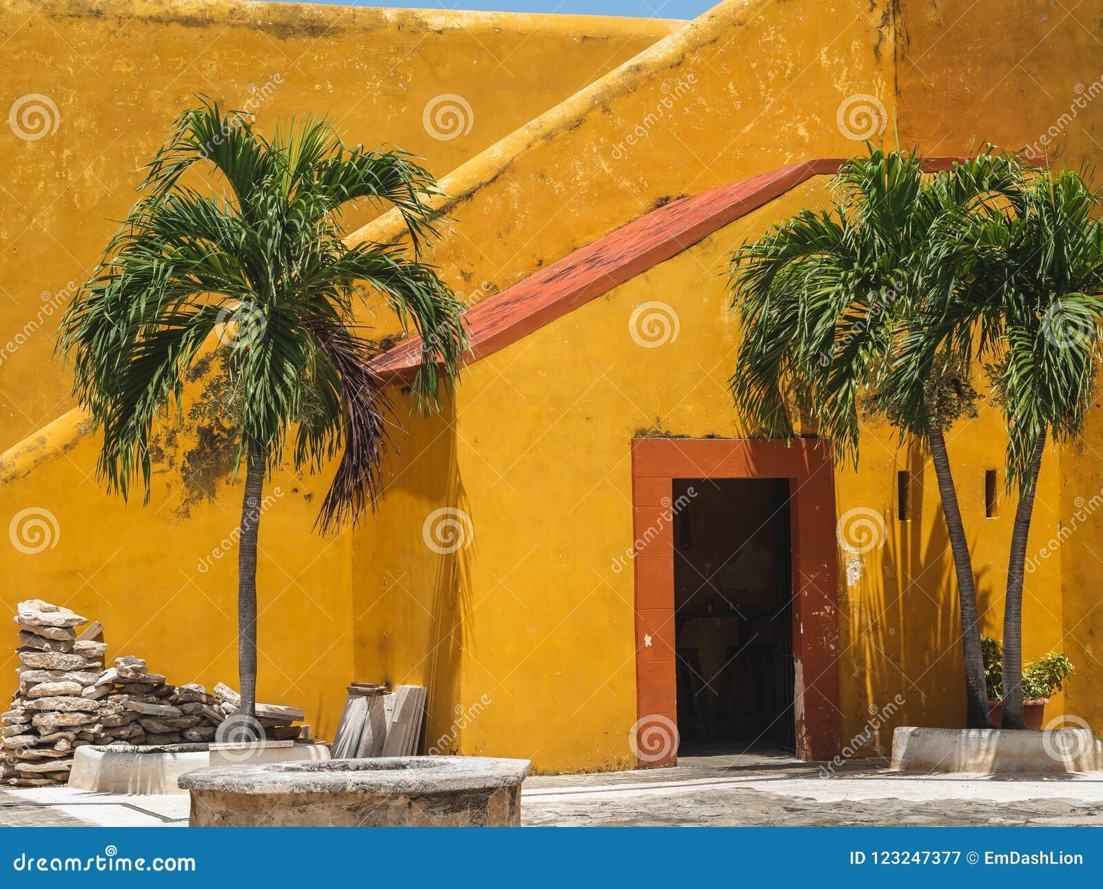Vieille porte et escaliers oranges et jaunes d un styl Espagnol-colonial