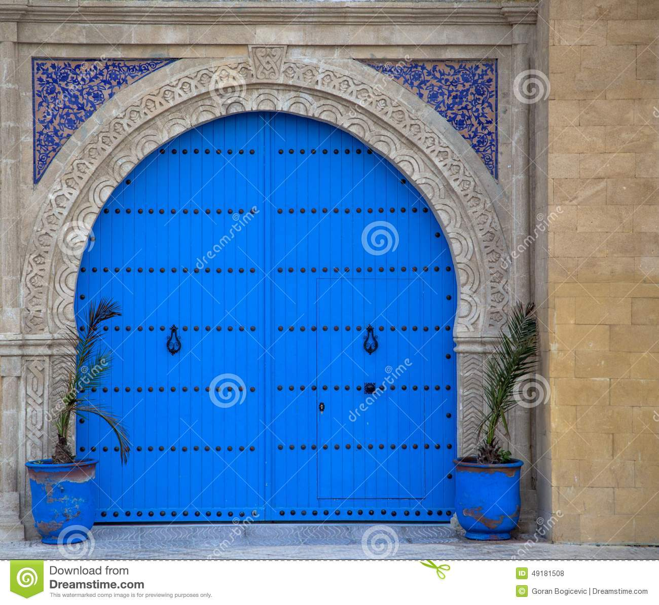 Vieille porte marocaine d 39 essaouira photo stock image du for Decoration porte marocaine