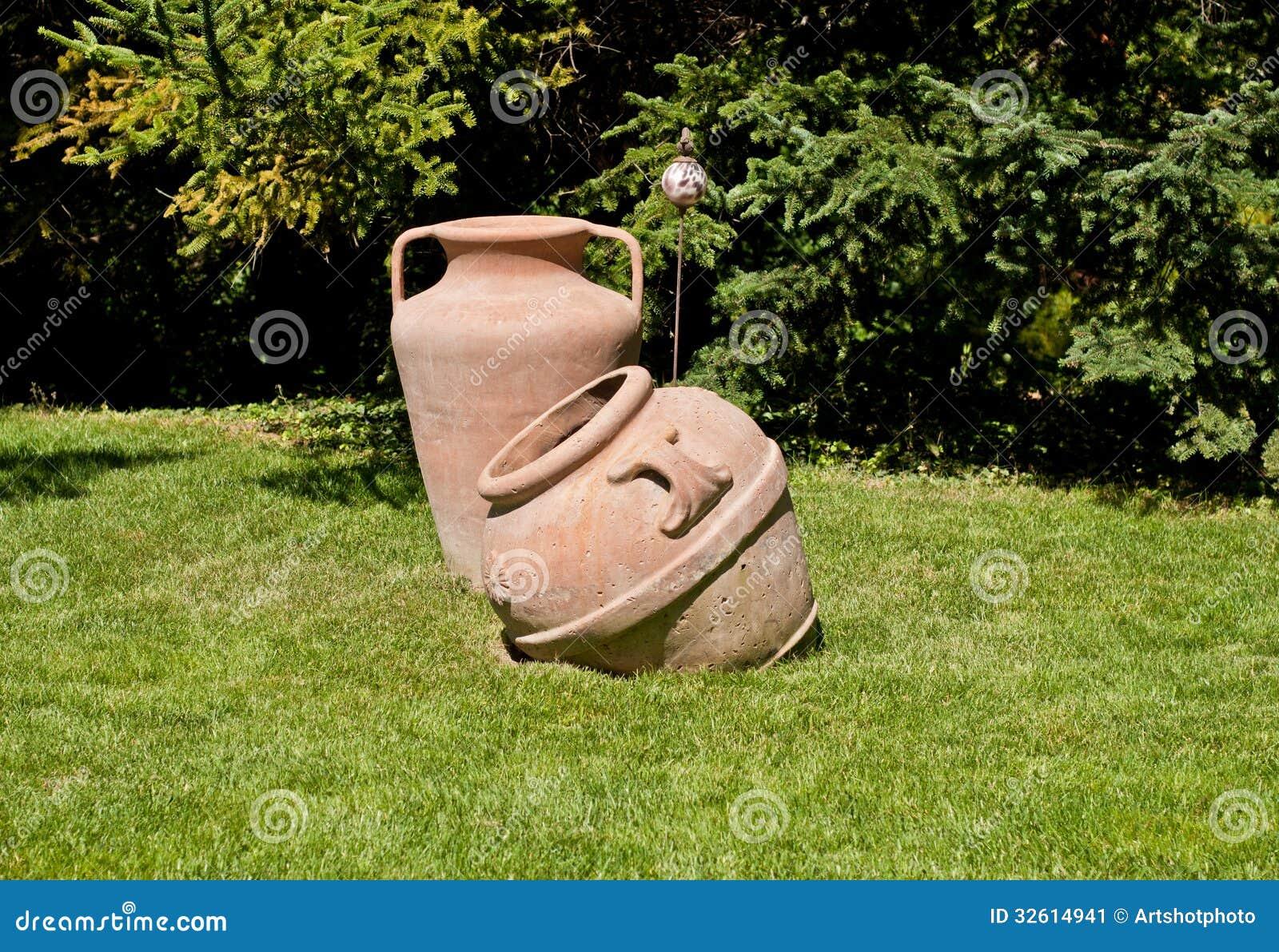 Vieille poterie de terre de jardin image stock image - Poterie terre cuite jardin ...