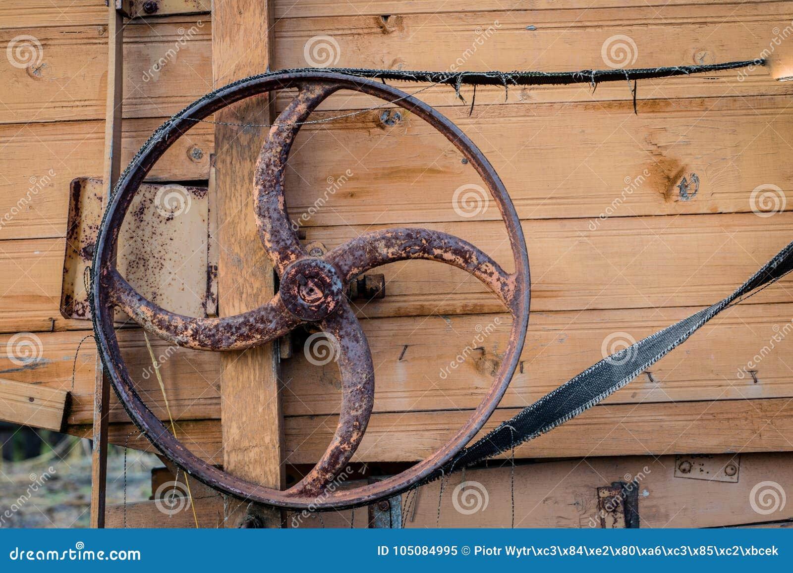 Vieille poulie dans une vieille machine agricole Batteuse, unité centrale