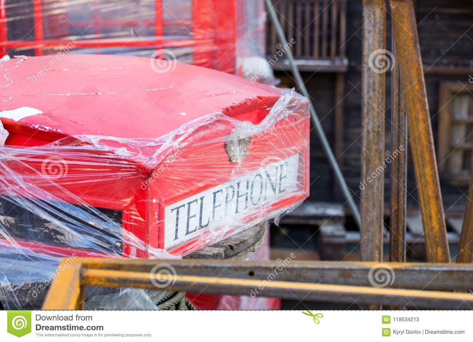 Vieille reproduction minable de cabine téléphonique rouge de Londres Constructions métalliques rouillées, vieille décoration cass