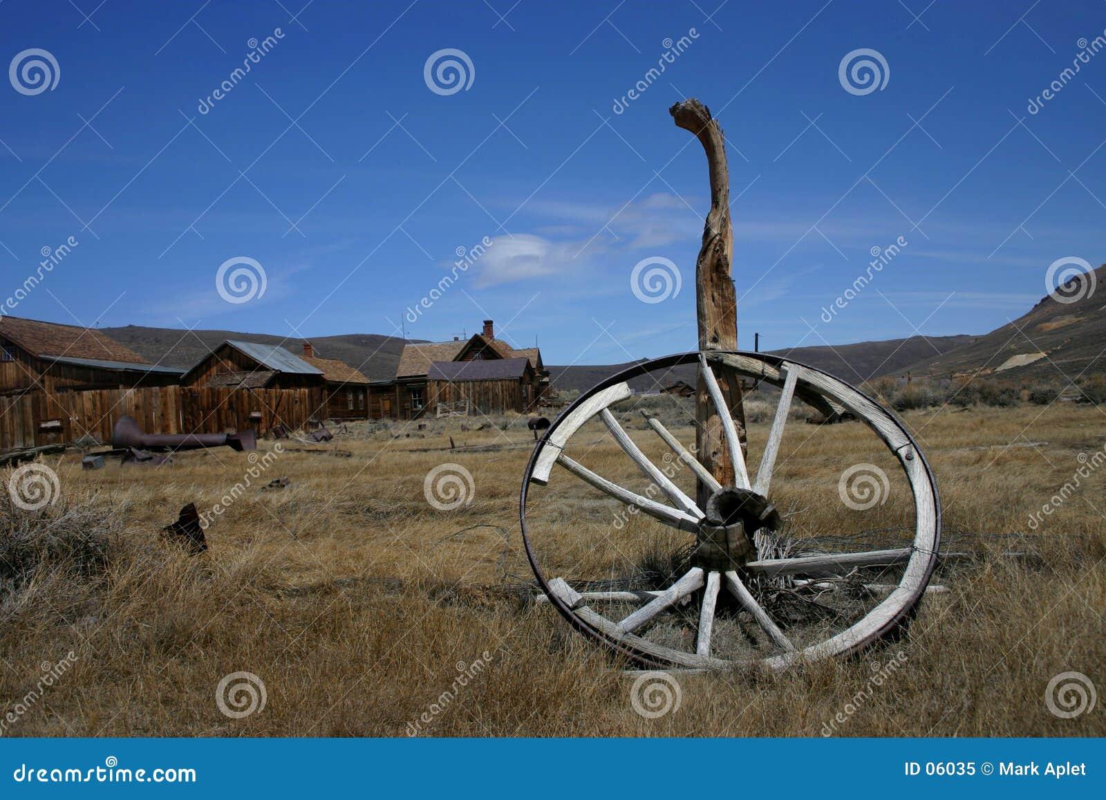 Vieille roue de chariot