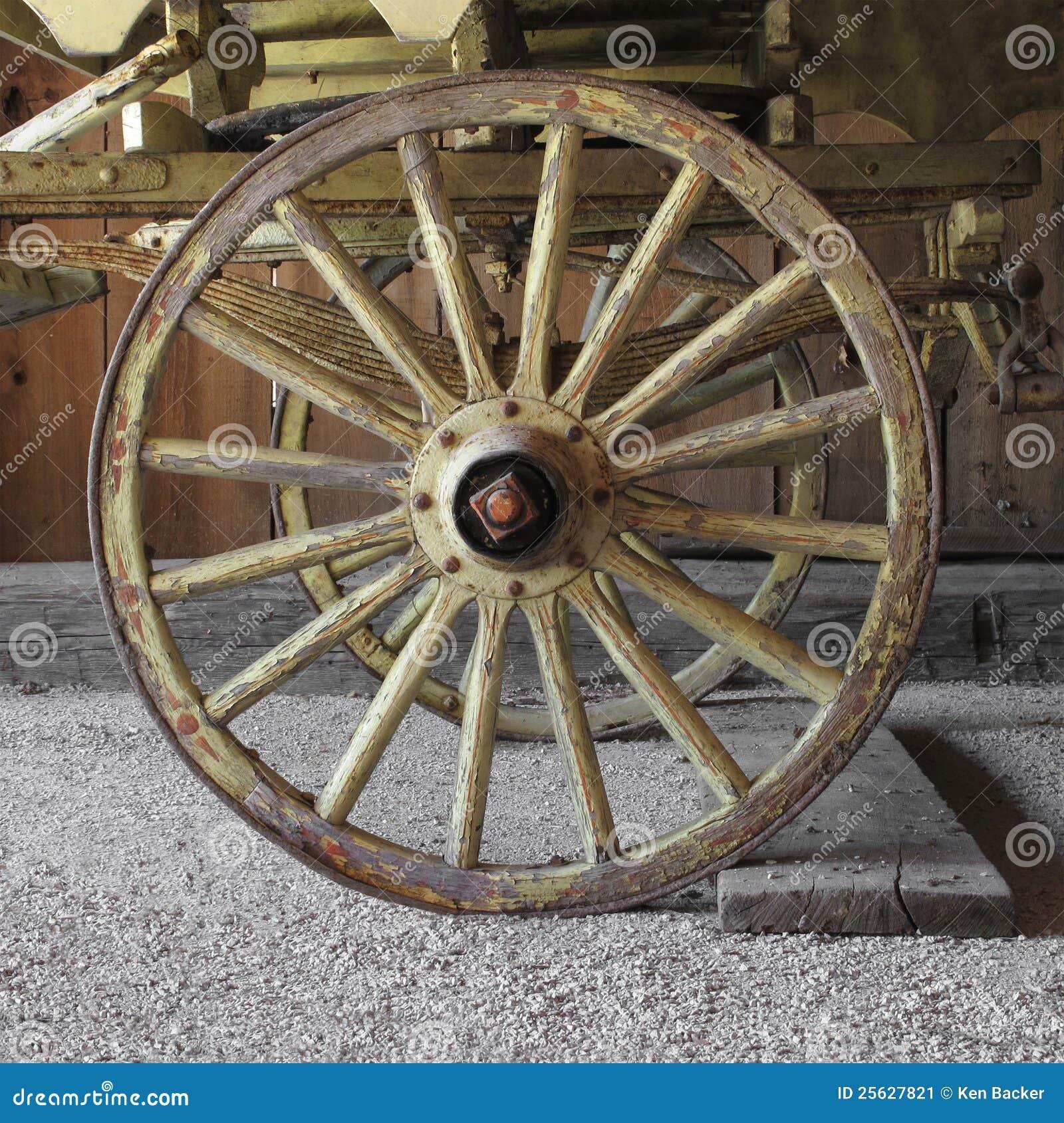 vieille roue de chariot en bois sur un chariot image stock image 25627821. Black Bedroom Furniture Sets. Home Design Ideas