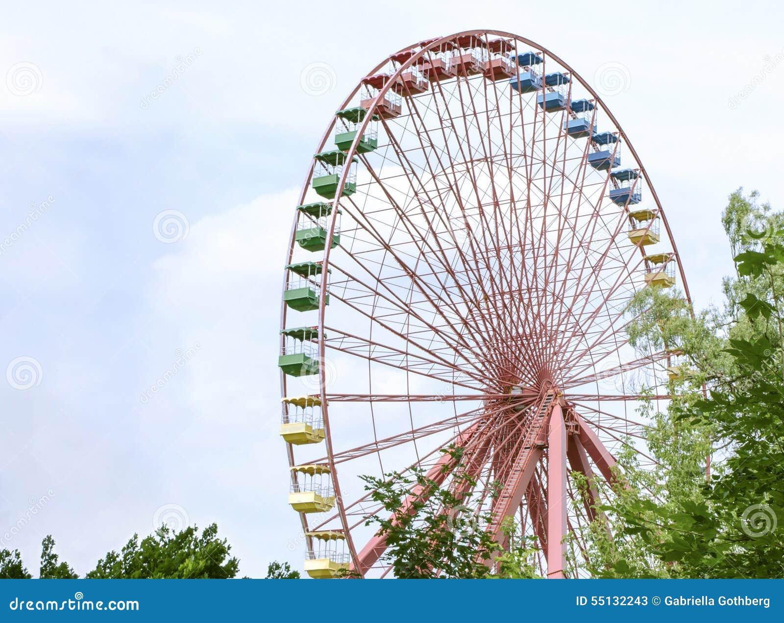 Vieille roue de ferris colorée