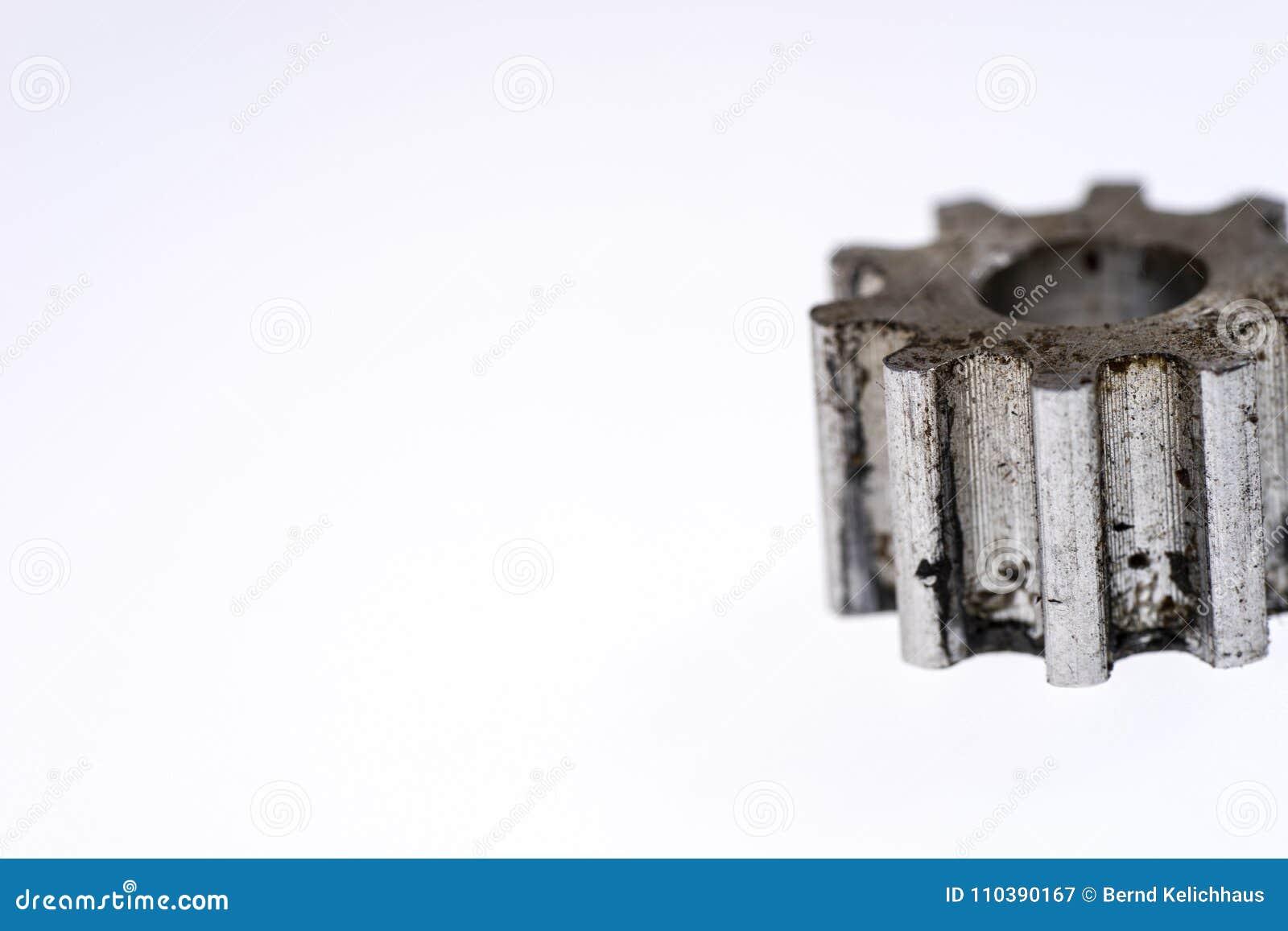 Vieille roue de vitesse argentée en métal d isolement