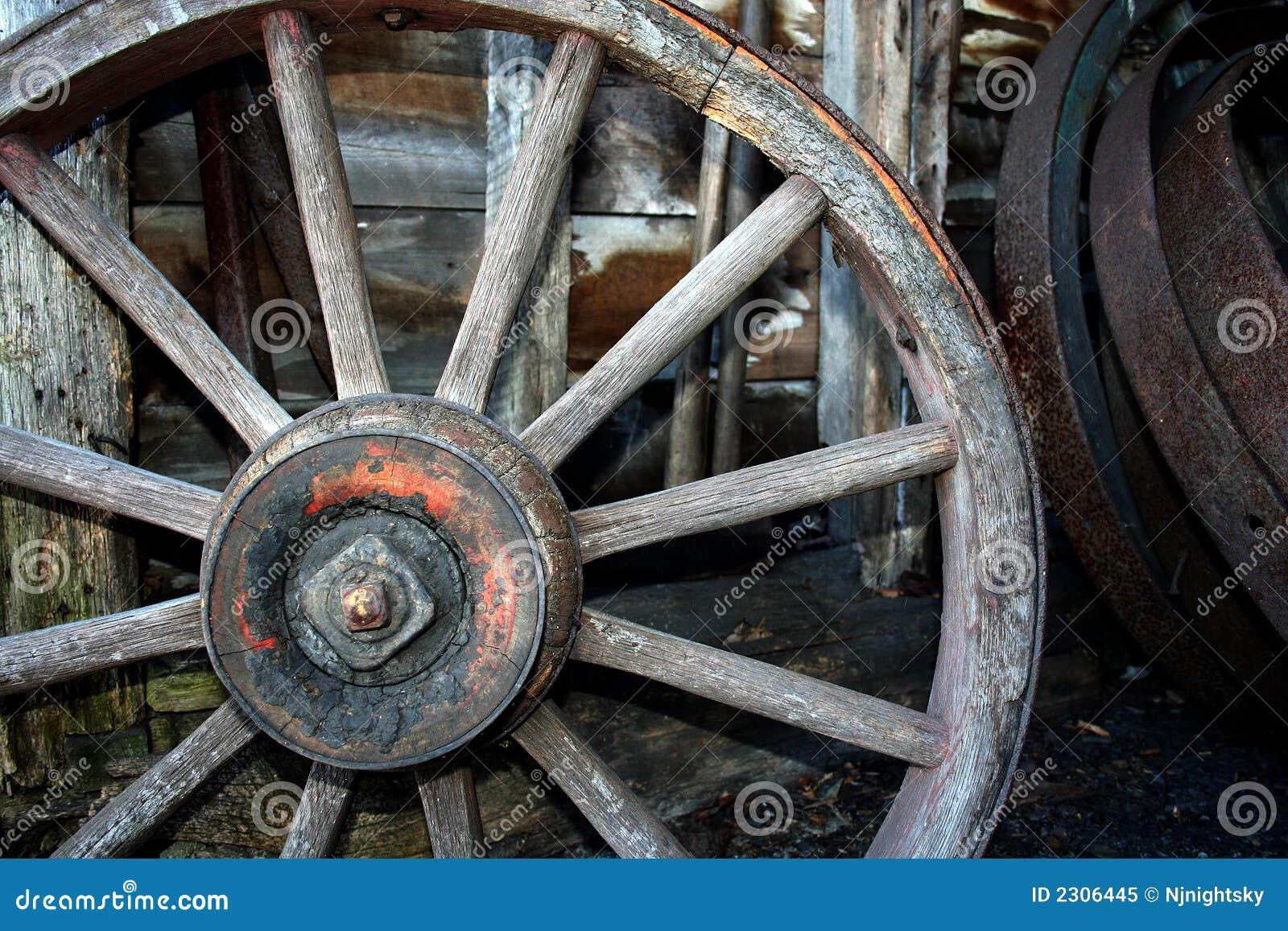 vieille roue en bois de chariot photo libre de droits. Black Bedroom Furniture Sets. Home Design Ideas