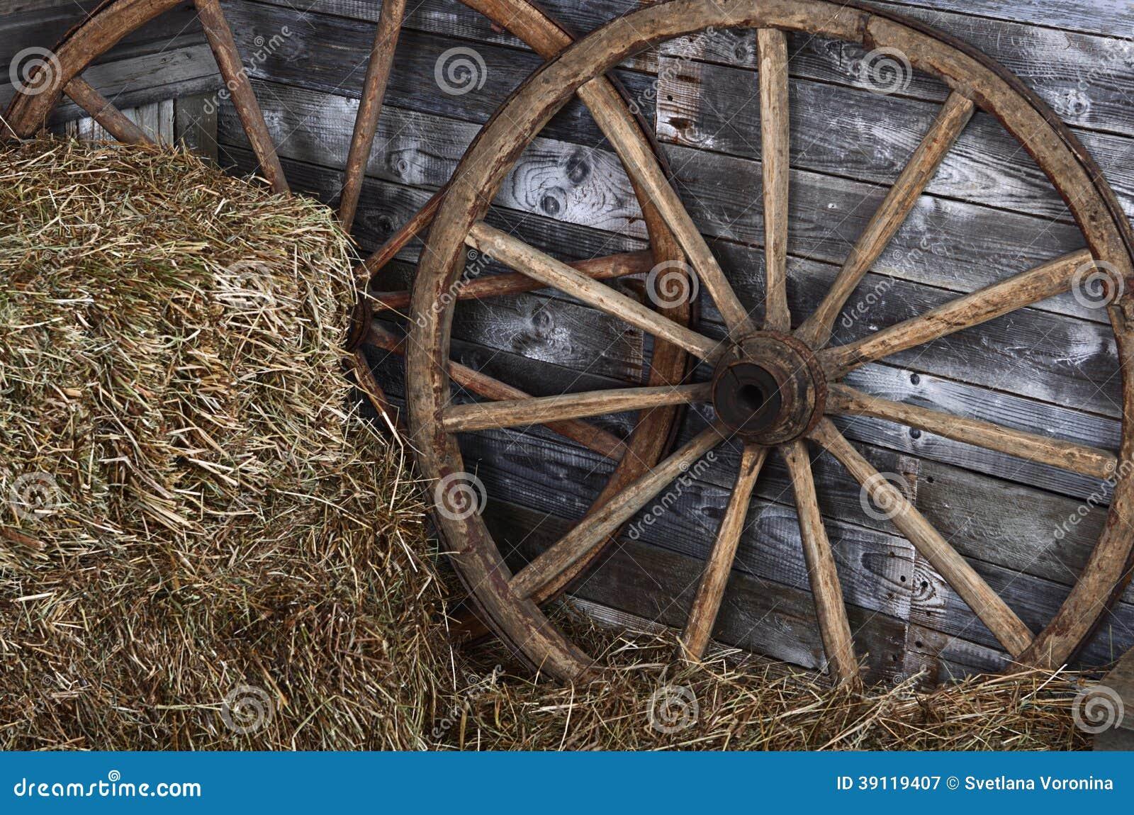 vieille roue en bois sur un foin photo stock image 39119407. Black Bedroom Furniture Sets. Home Design Ideas