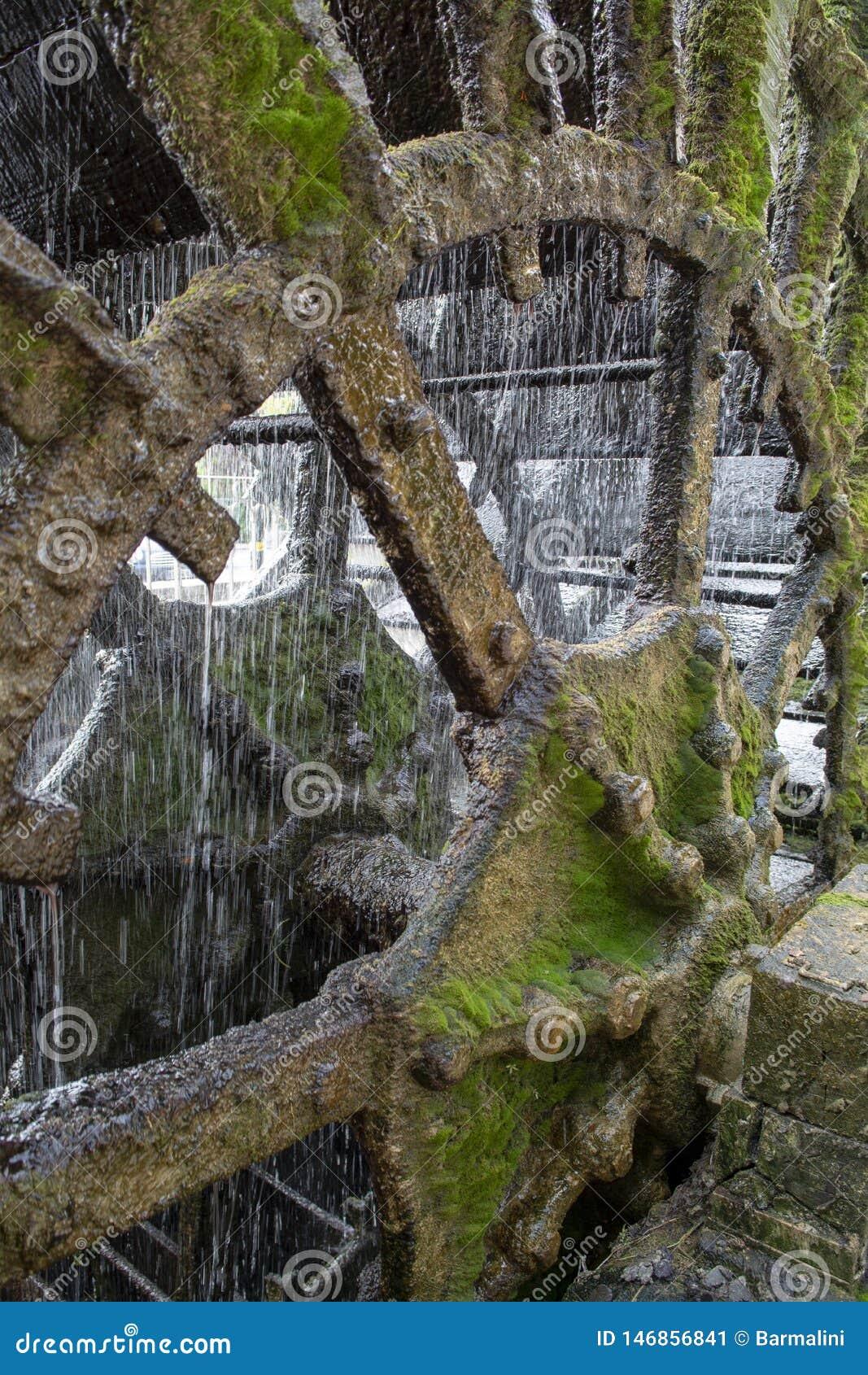 Vieille roue hydraulique sur la rivi?re Sorgue en vieille Lisle-sul-La-Sorgue de ville en Provence, France, moulin ? eau fran?ais