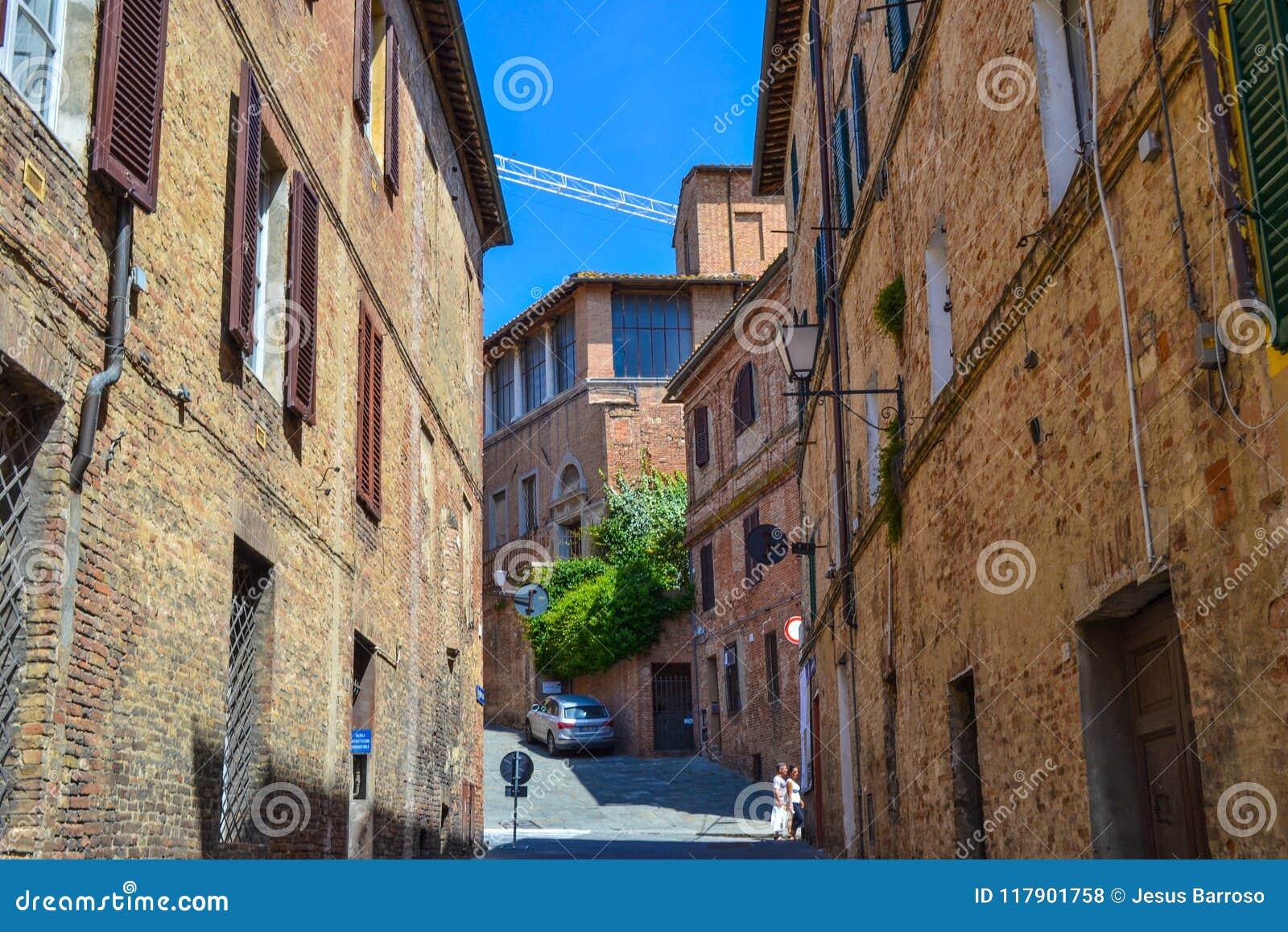 Vieille rue médiévale au milieu de Sienne, Italie