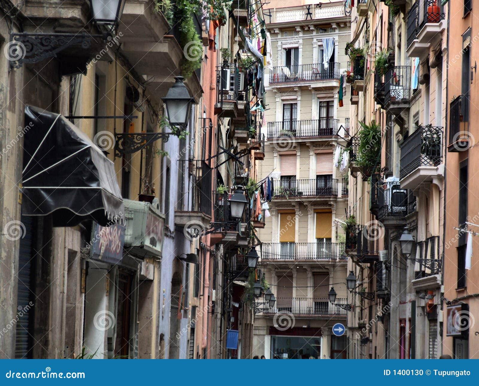 Vieille rue type de ville à Barcelone