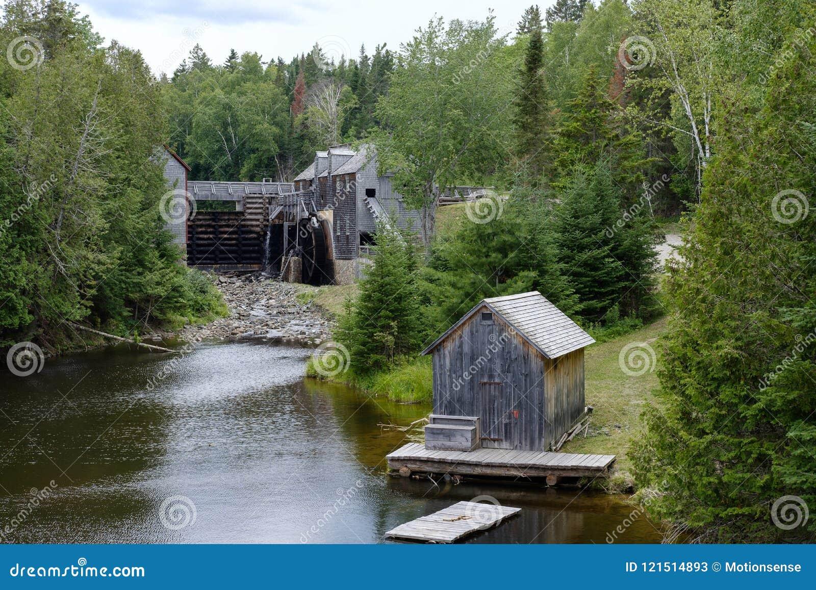 Vieille scierie en bois sur la rivière