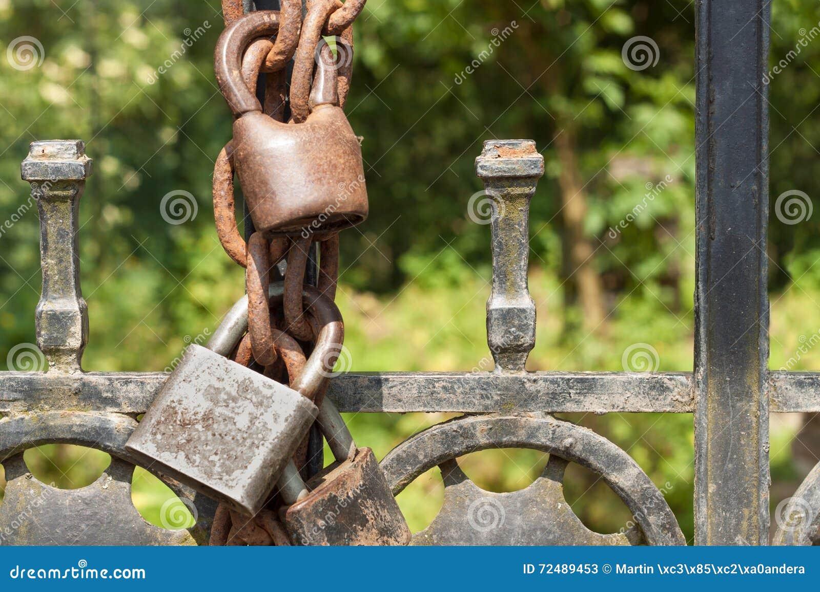 vieille serrure rouill e sur une porte en m tal dans le jardin fermez clef sur la porte de fer. Black Bedroom Furniture Sets. Home Design Ideas