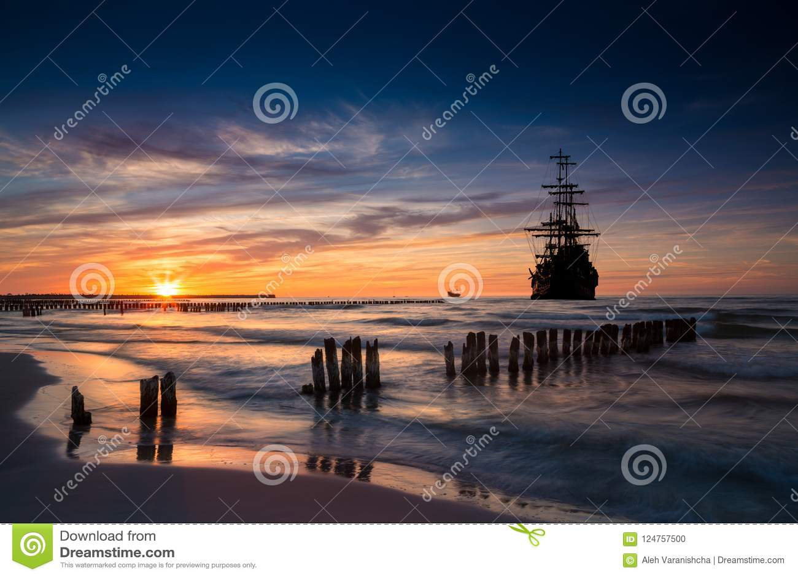 Vieille silhouette de bateau dans le paysage de coucher du soleil