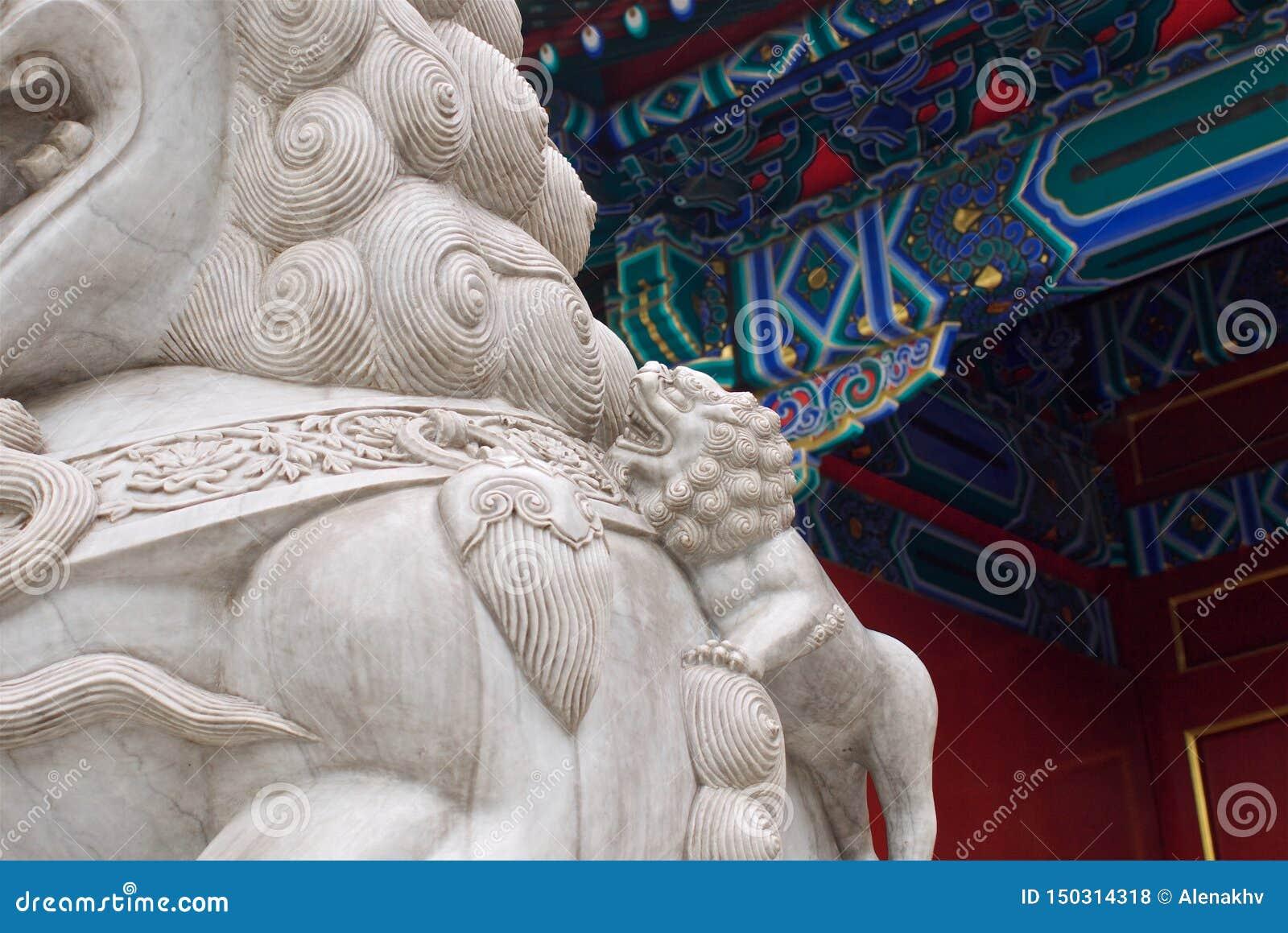 Vieille statue en pierre chinoise d un lion avec un petit animal dans le palais impérial, Pékin