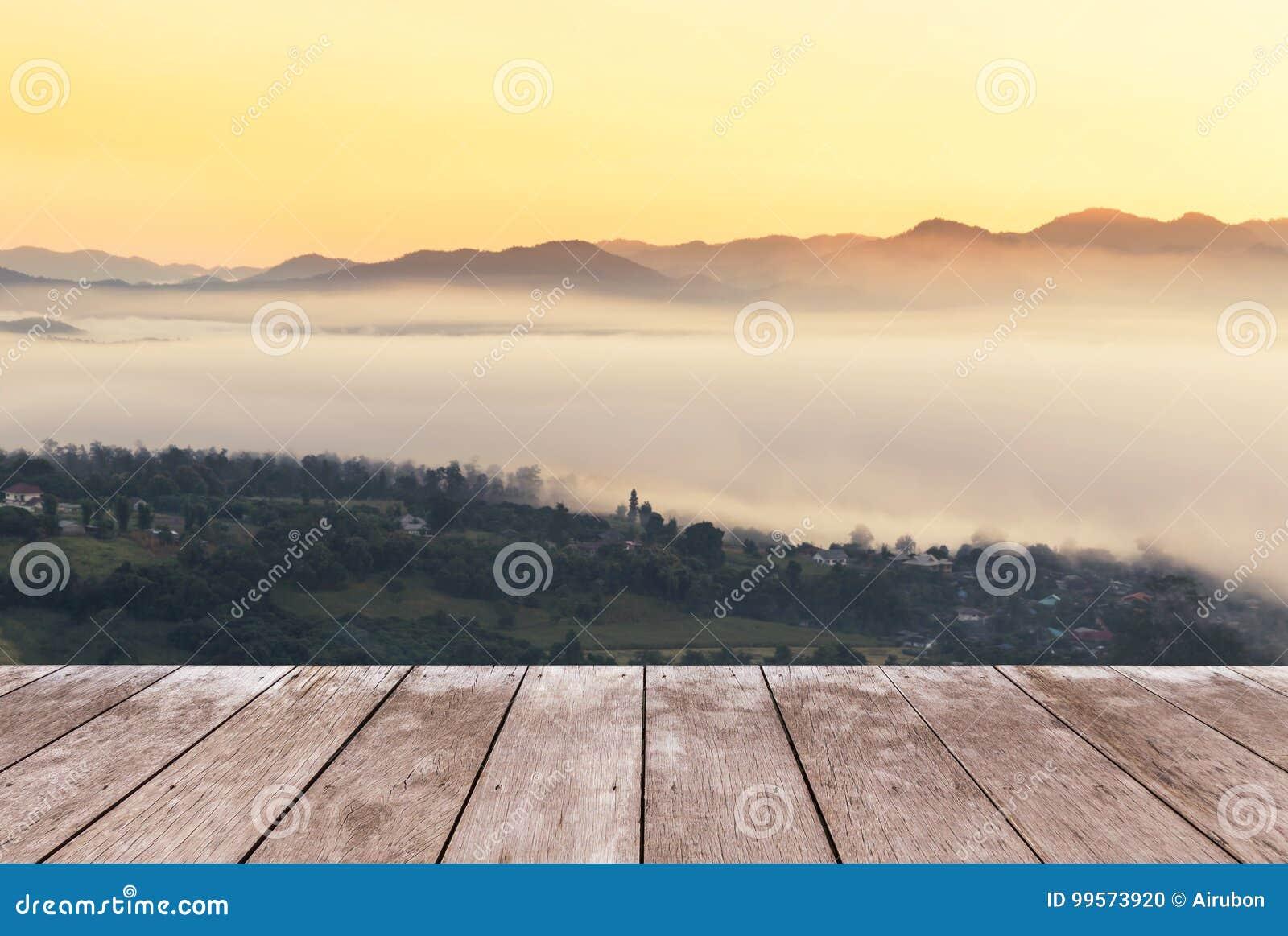 Vieille Terrasse En Bois De Balcon Sur La Haute Montagne Tropicale