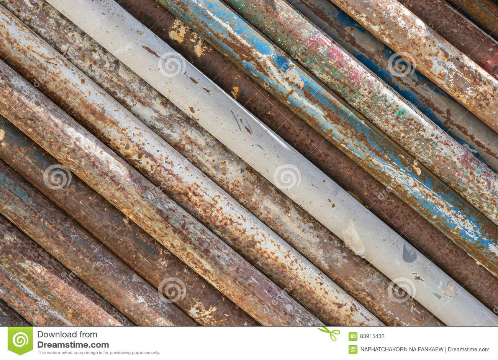 Vieille texture sale et rouillée de pile de tuyaux