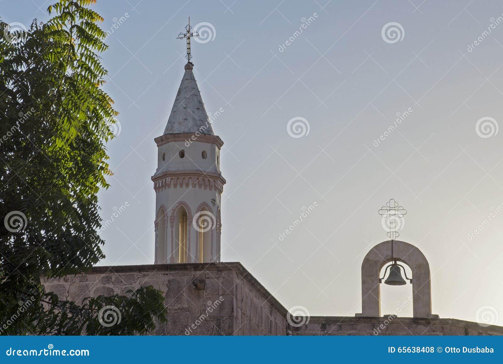 Vieille tour d église avec la cloche
