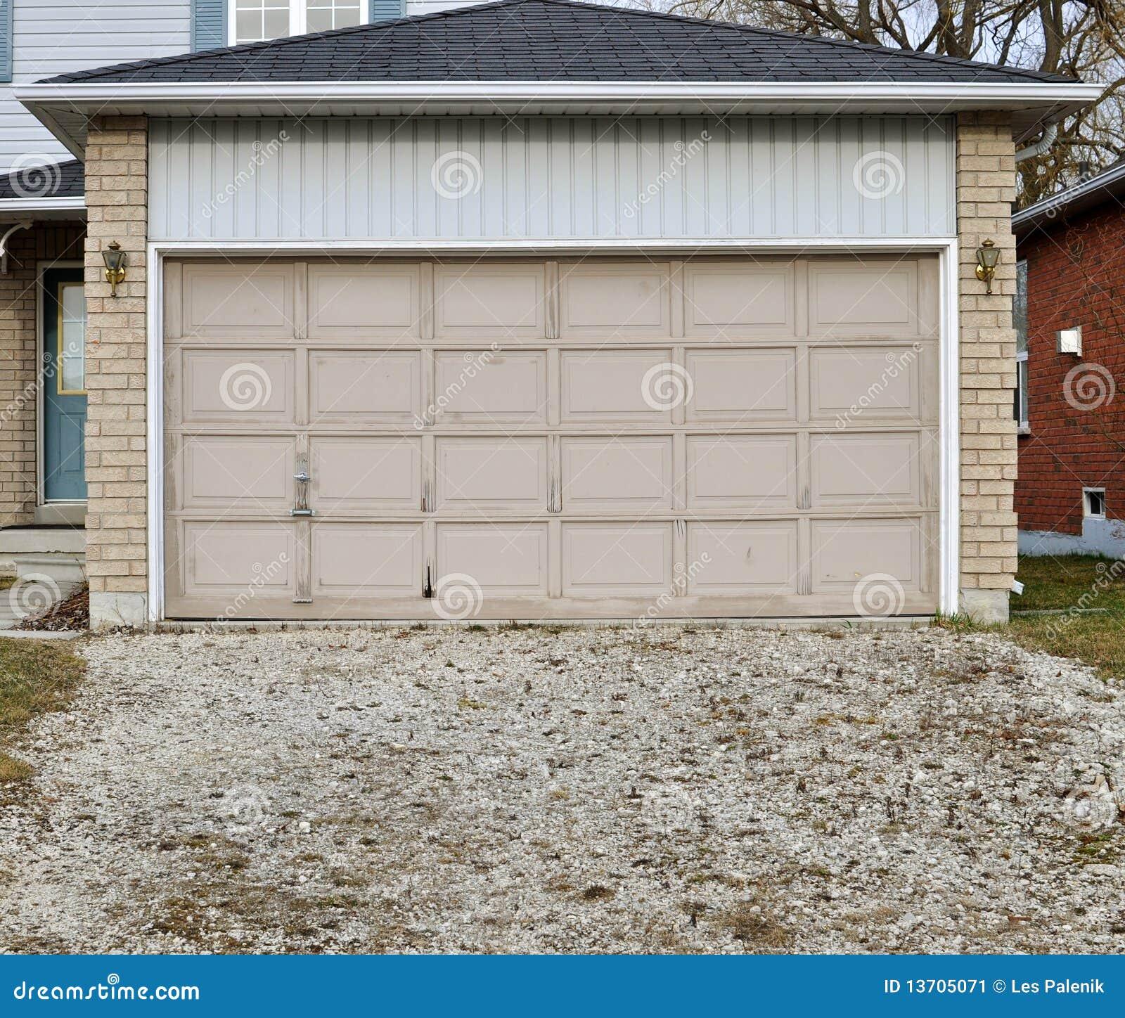 vieille trappe de garage avec une allée de gravier image stock