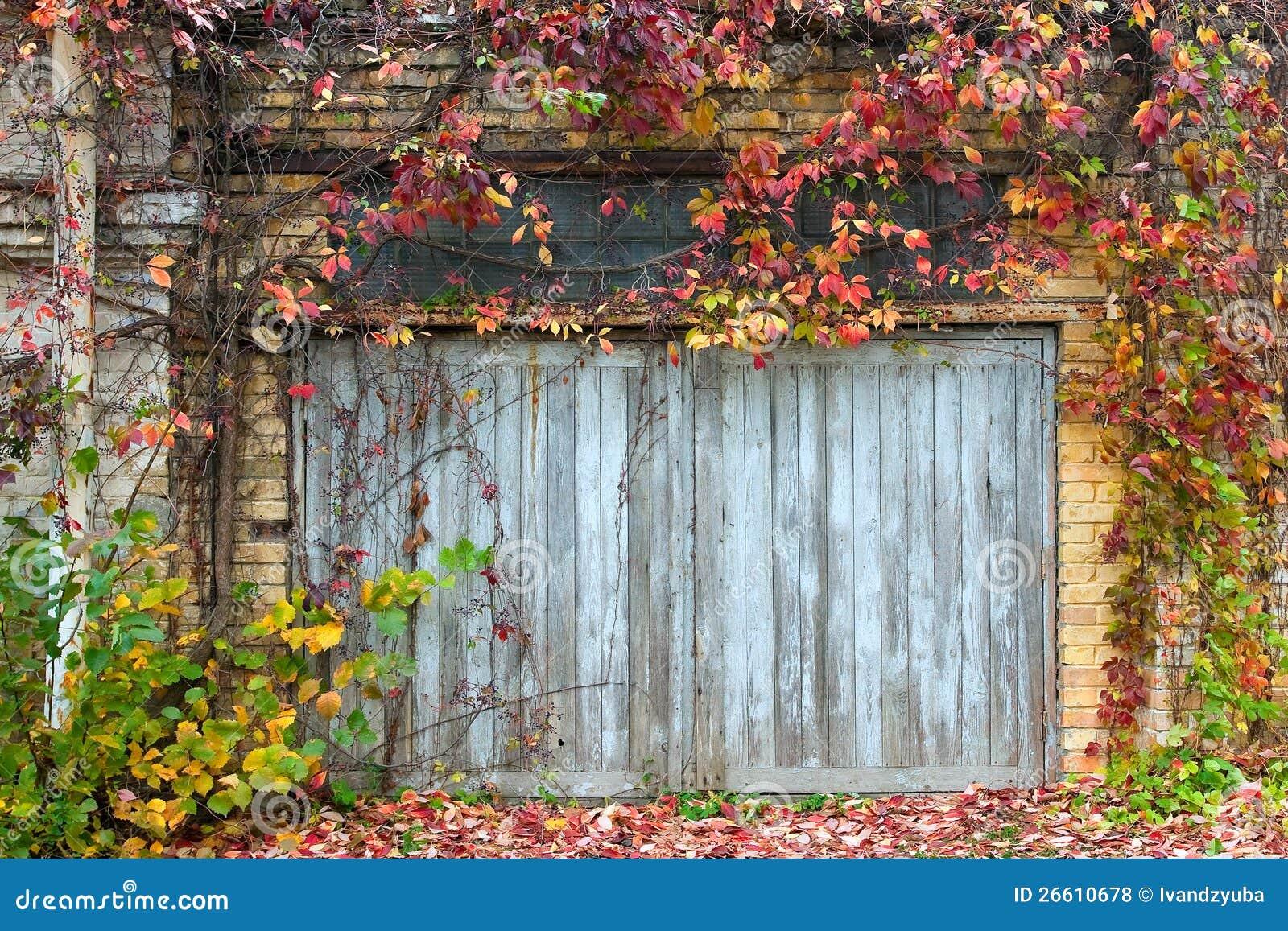 vieille trappe en bois avec un mur de briques photo stock image du ville abstrait 26610678. Black Bedroom Furniture Sets. Home Design Ideas