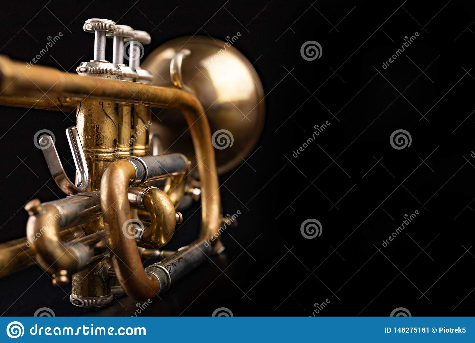 Vieille trompette sur une table en bois foncée Instrument de vent dans le style ancien