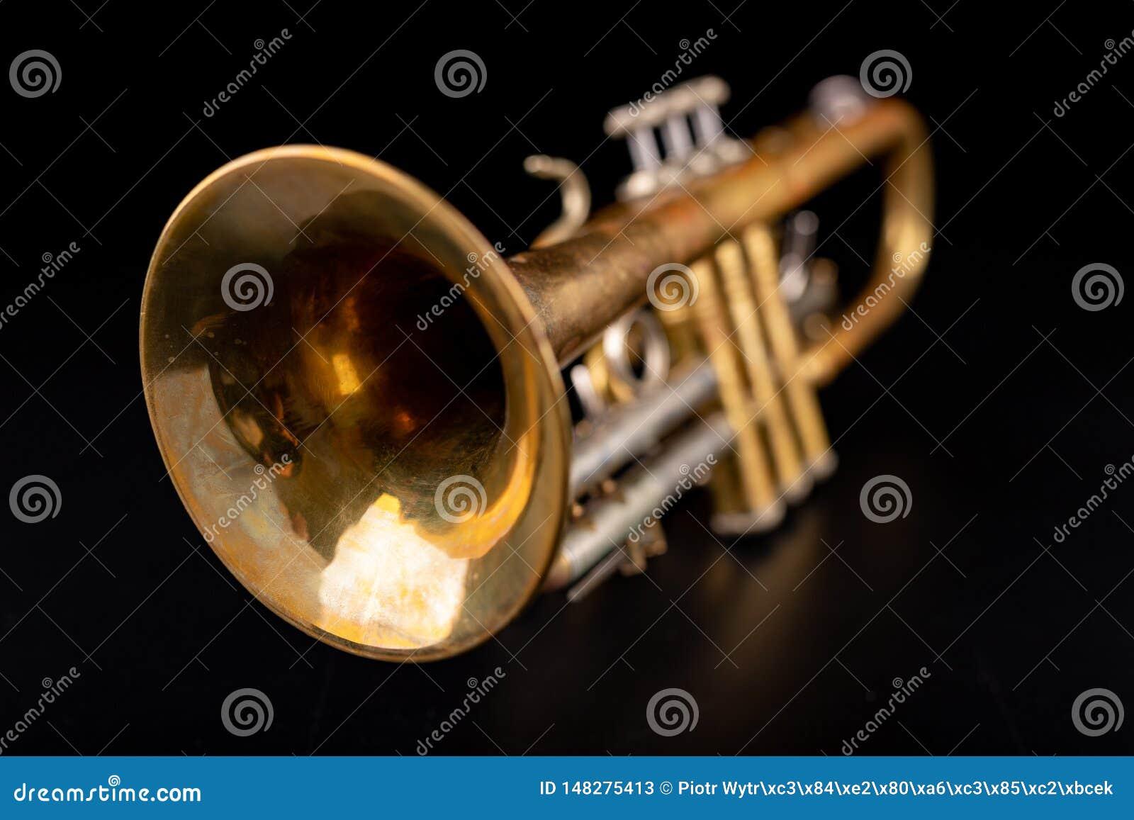 Vieille trompette sur une table en bois fonc?e Instrument de vent dans le style ancien