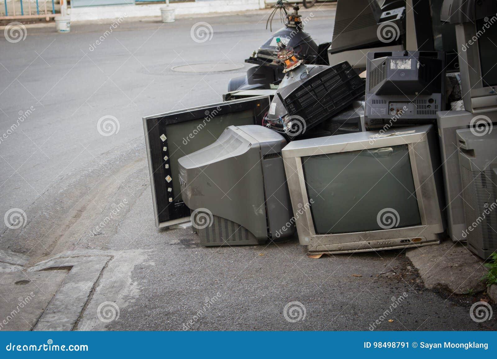 Vieille TV décomposée salie sur la rue