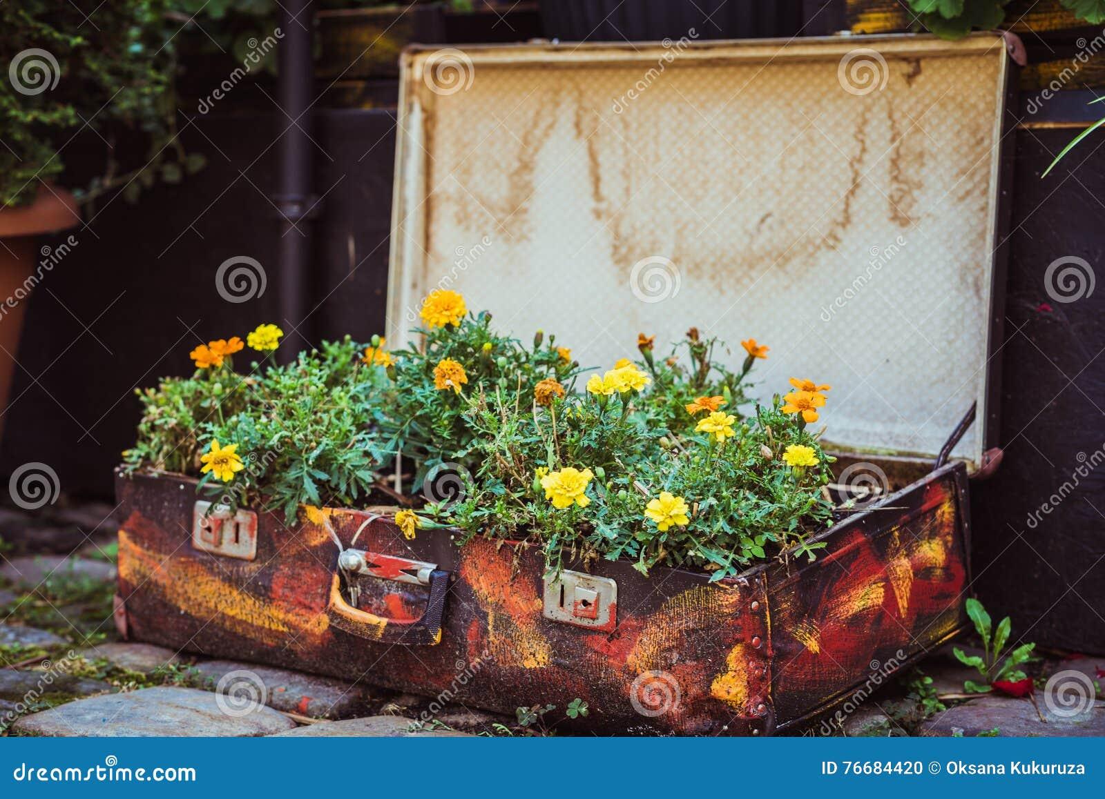 vieille valise avec des fleurs photo stock image 76684420. Black Bedroom Furniture Sets. Home Design Ideas