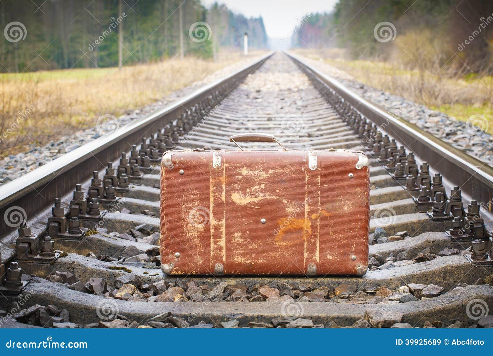 vieille valise sur le chemin de fer image stock image du concept ext rieur 39925689. Black Bedroom Furniture Sets. Home Design Ideas