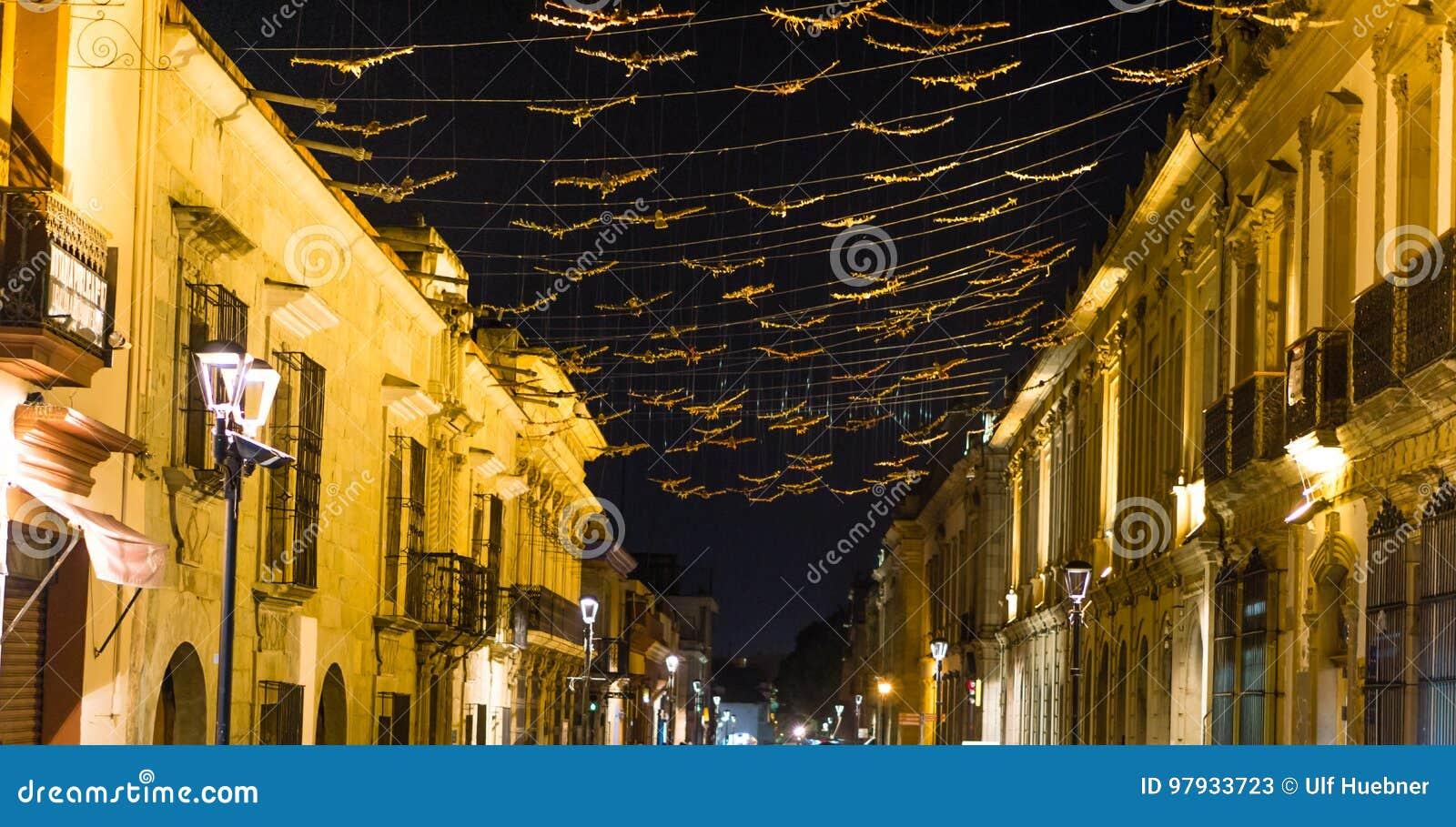 Vieille ville coloniale de ville d Oacaca par nuit - au Mexique