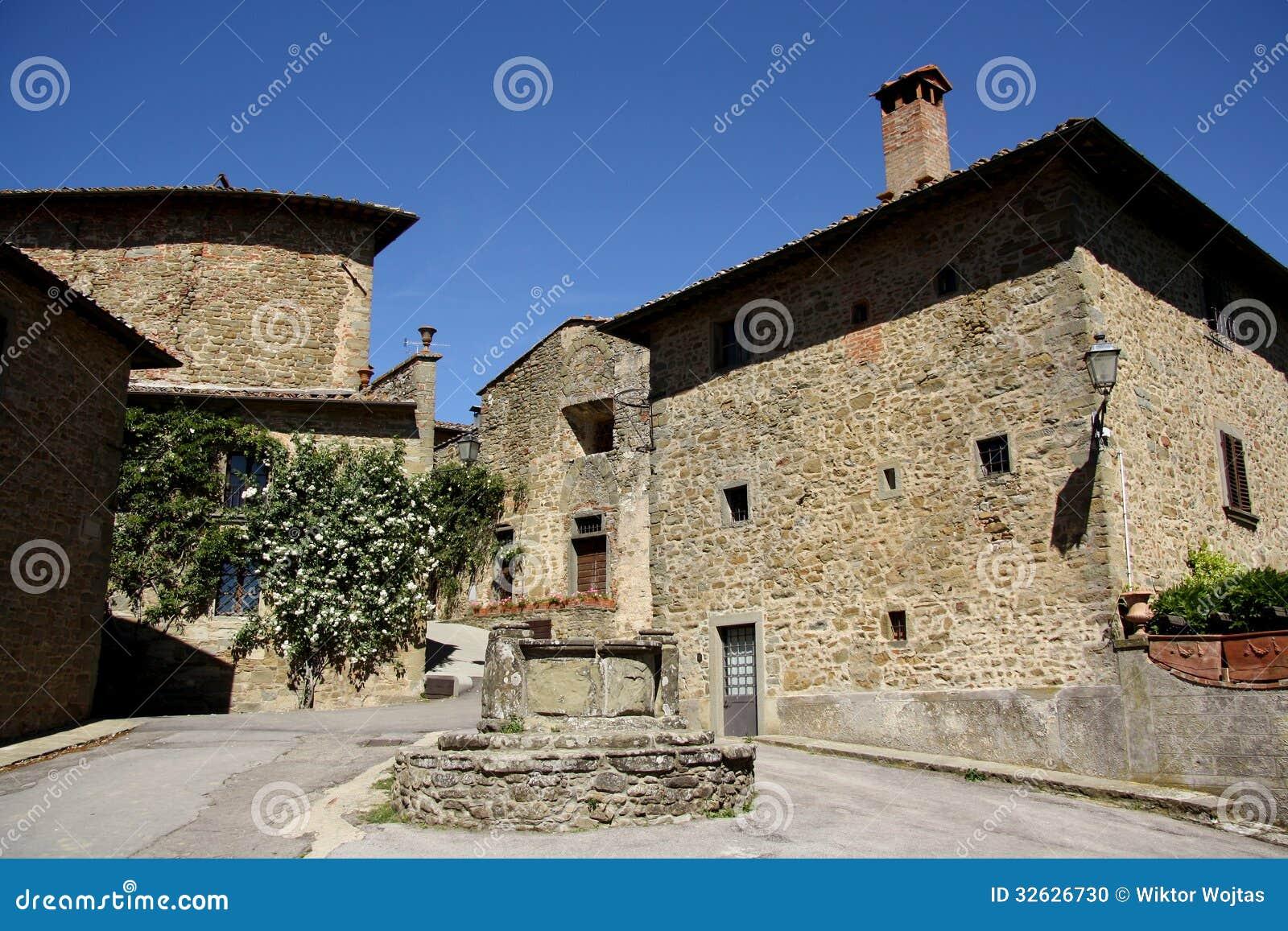 Vieille ville dans Volpaia (Toscane, Italie)