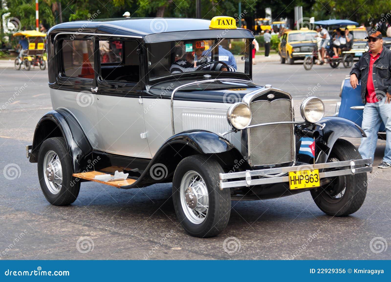 Vieille voiture am ricaine classique dans les rues de la for Salon vieilles voitures