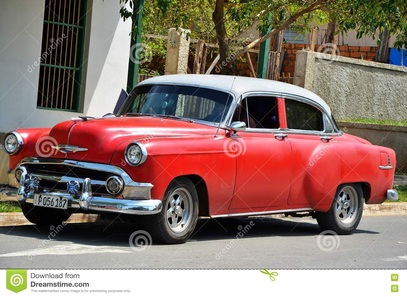 vieille voiture am ricaine dans vinales cuba photo ditorial image du couleur rouge 74903091. Black Bedroom Furniture Sets. Home Design Ideas