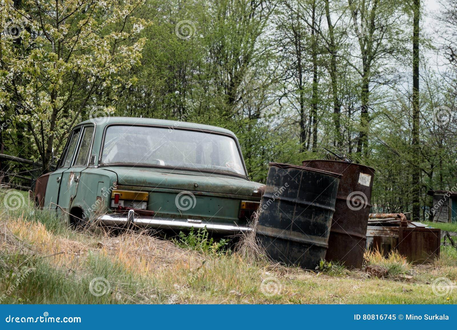vieille voiture d 39 pave image stock image du circulation 80816745. Black Bedroom Furniture Sets. Home Design Ideas