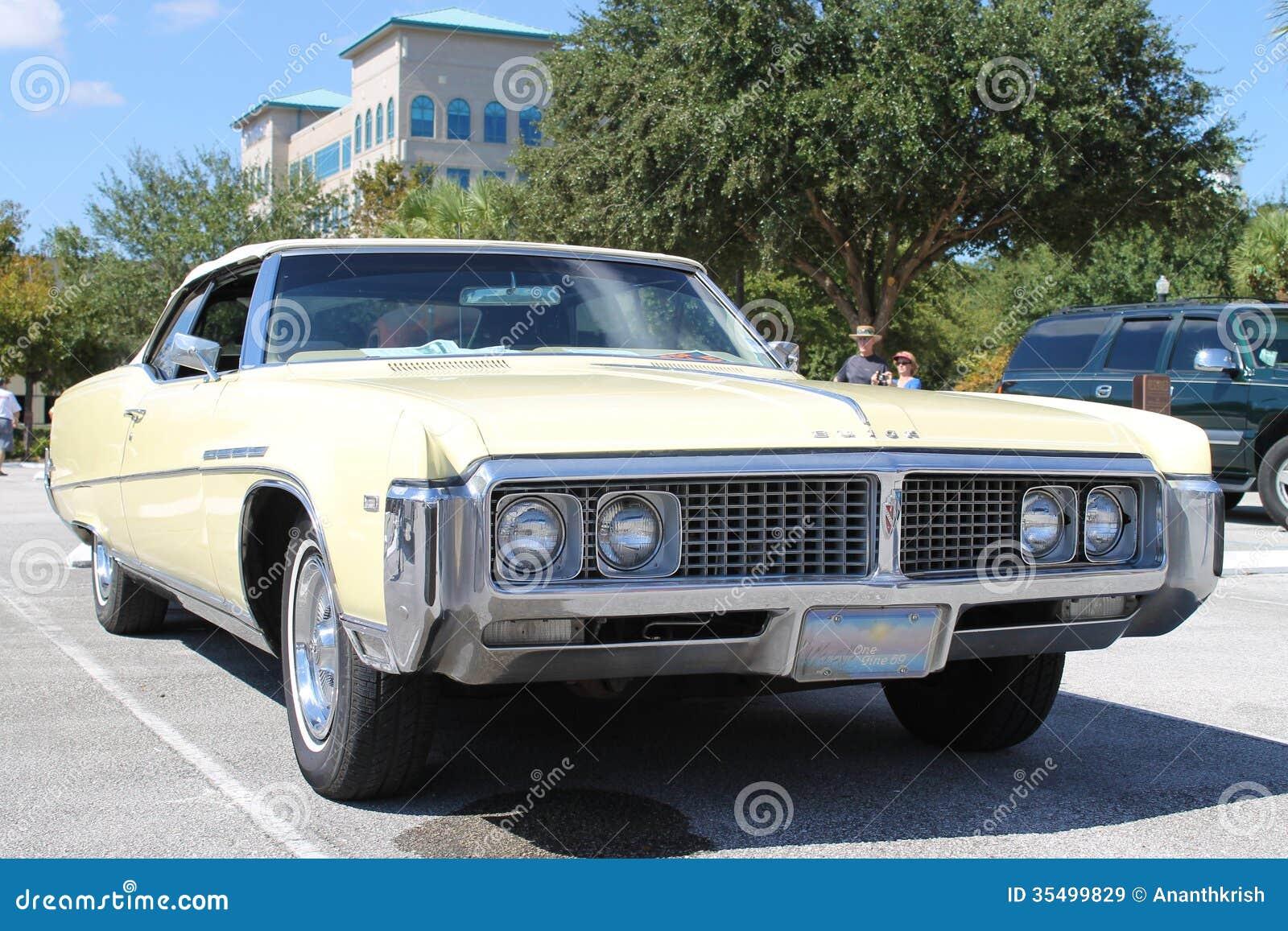 Vieille voiture de buick au salon automobile image stock for Salon vieilles voitures