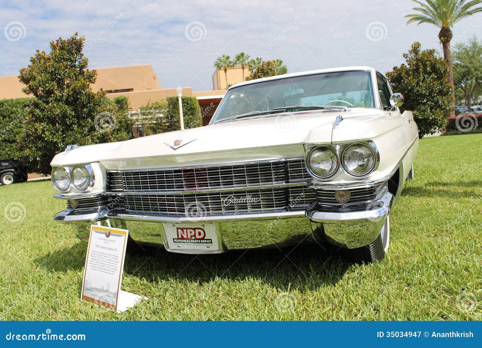 Vieille voiture de cadillac au salon automobile for Salon vieilles voitures