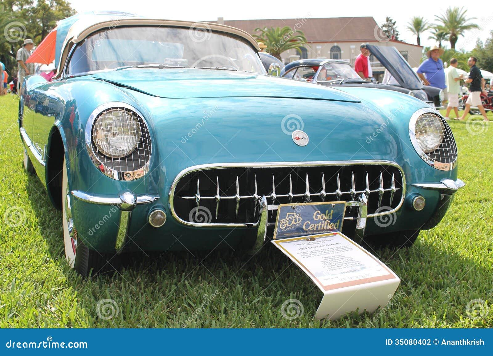 Vieille voiture de chevrolet corvette au salon automobile for Salon vieilles voitures
