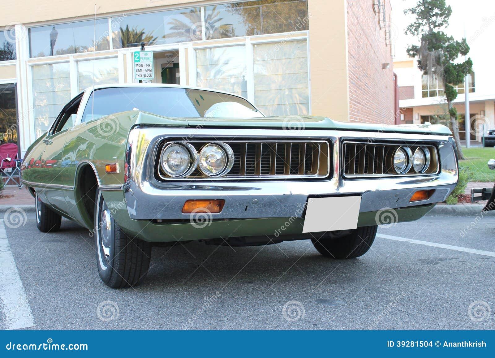 Vieille voiture de chrysler au salon automobile photo for Salon vieilles voitures