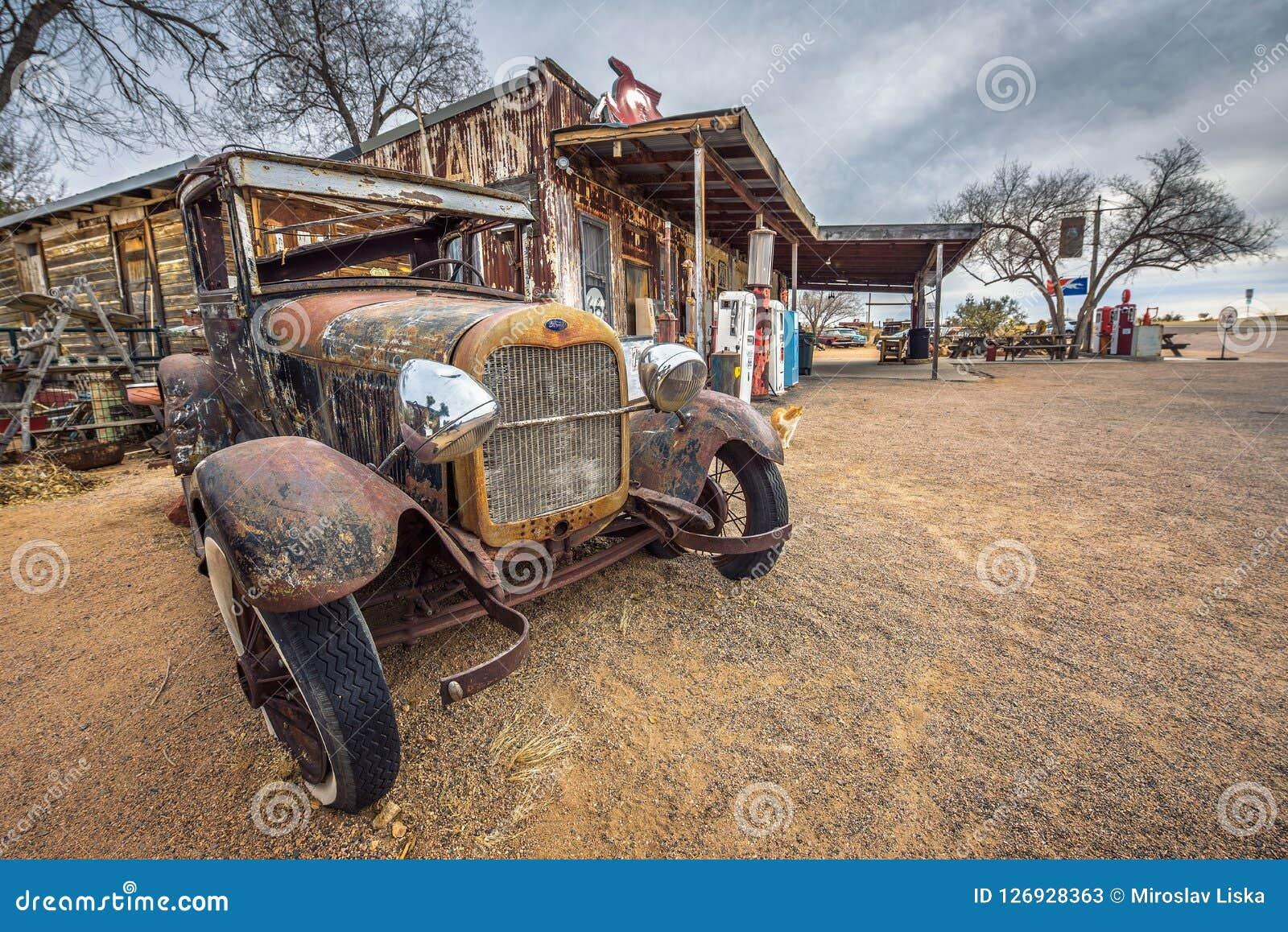 Vieille voiture de Ford abandonnée sur l itinéraire 66 en Arizona