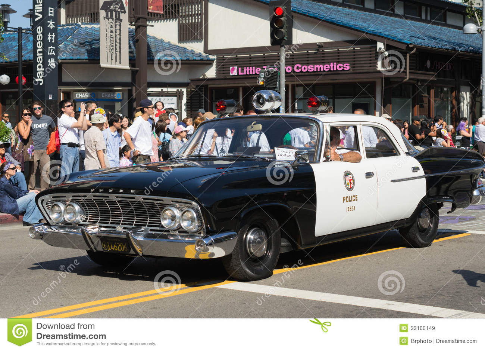 Vieille voiture de police dans le défilé grand de 73th semaine annuelle de Nisei