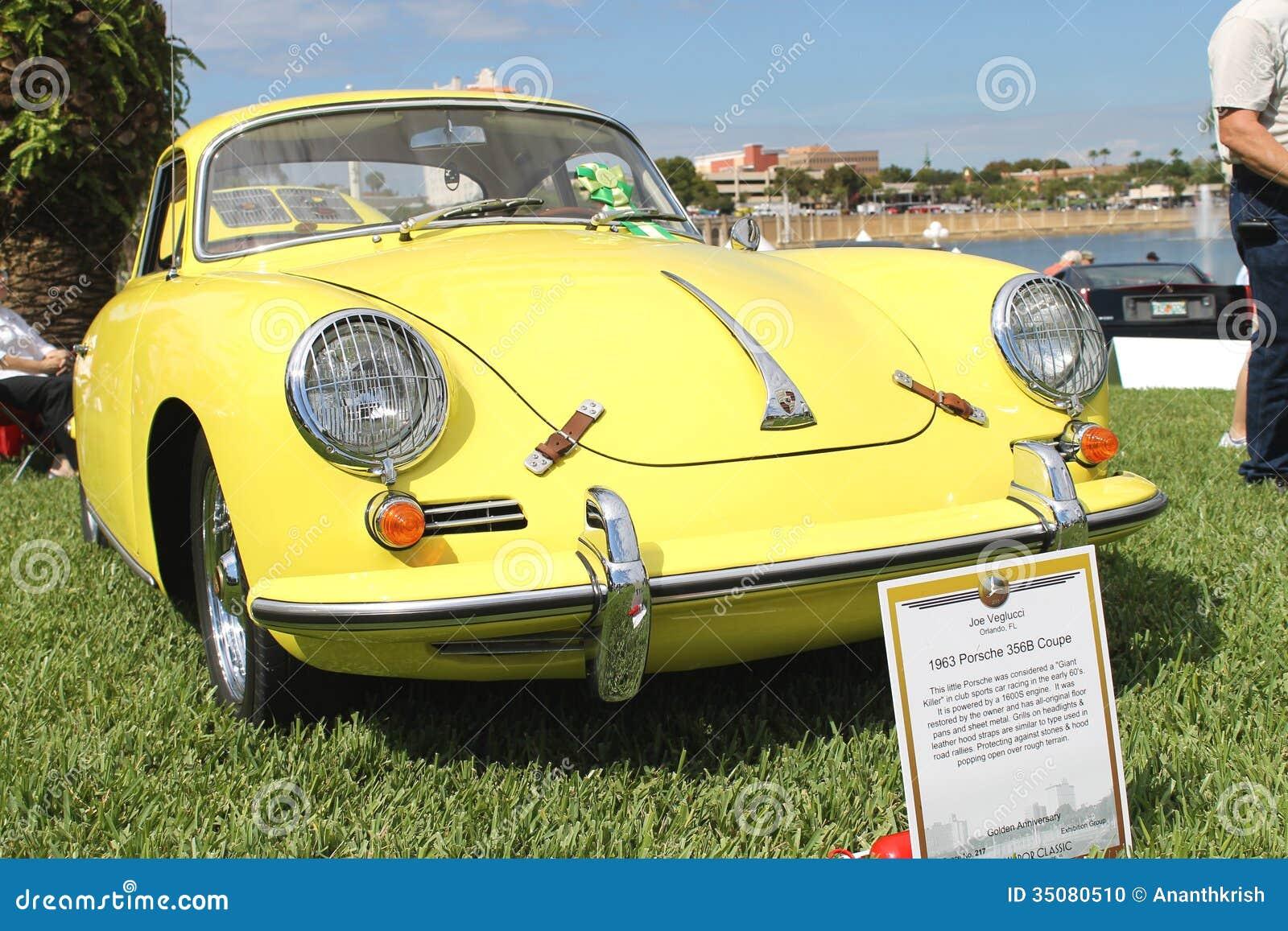 Vieille voiture de sport de porsche au salon automobile for Salon vieilles voitures