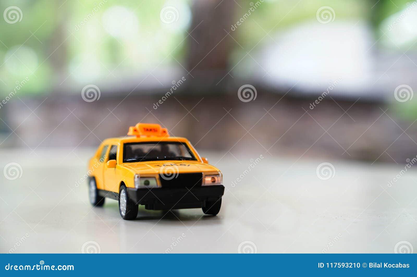 Vieille Fond Taxi La Voiture Brouillé Jaune Route Le De Sur xeWrdBoC