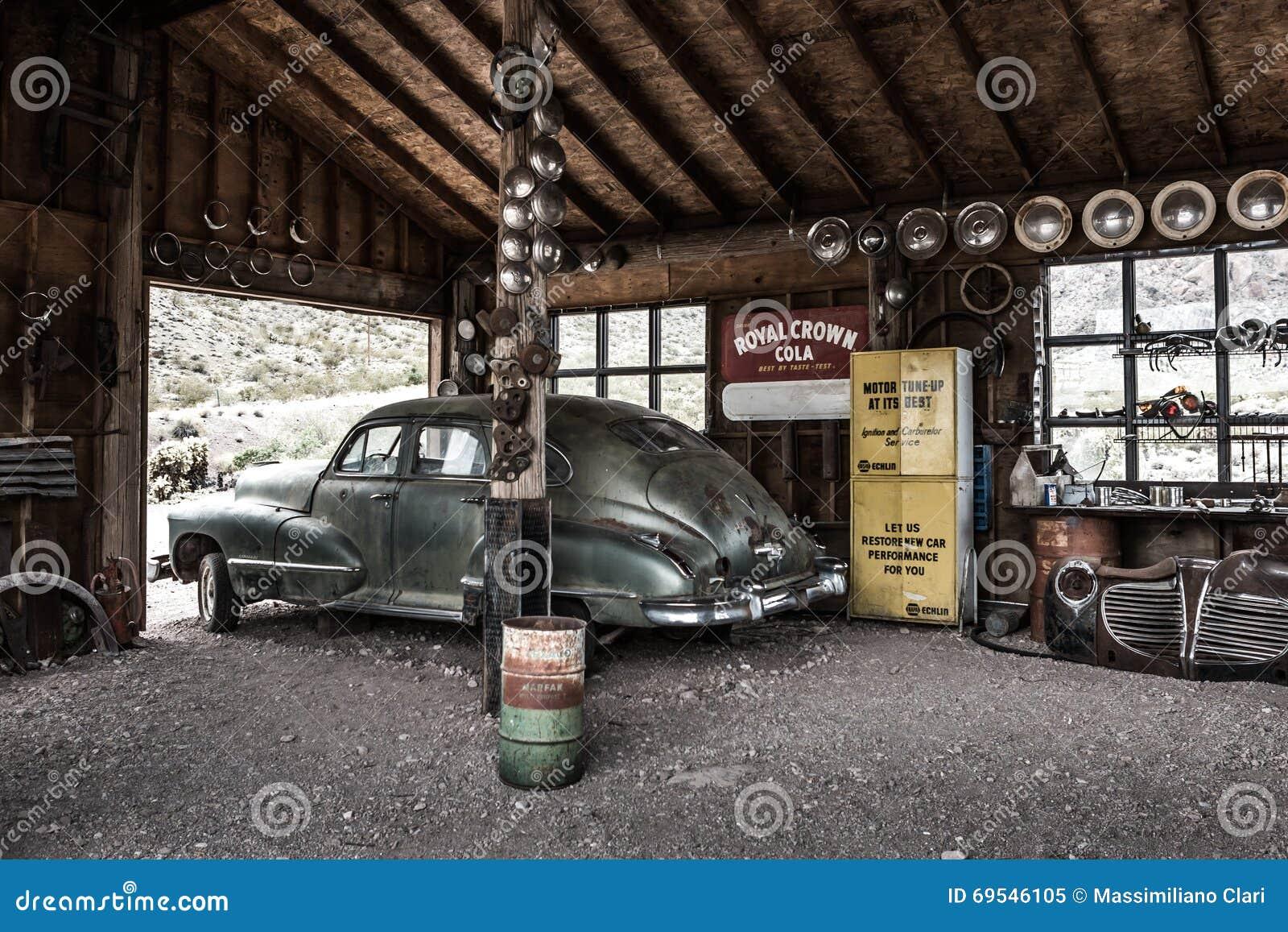 vieille voiture rouill e de vintage dans le garage abandonn de m canicien image ditorial. Black Bedroom Furniture Sets. Home Design Ideas