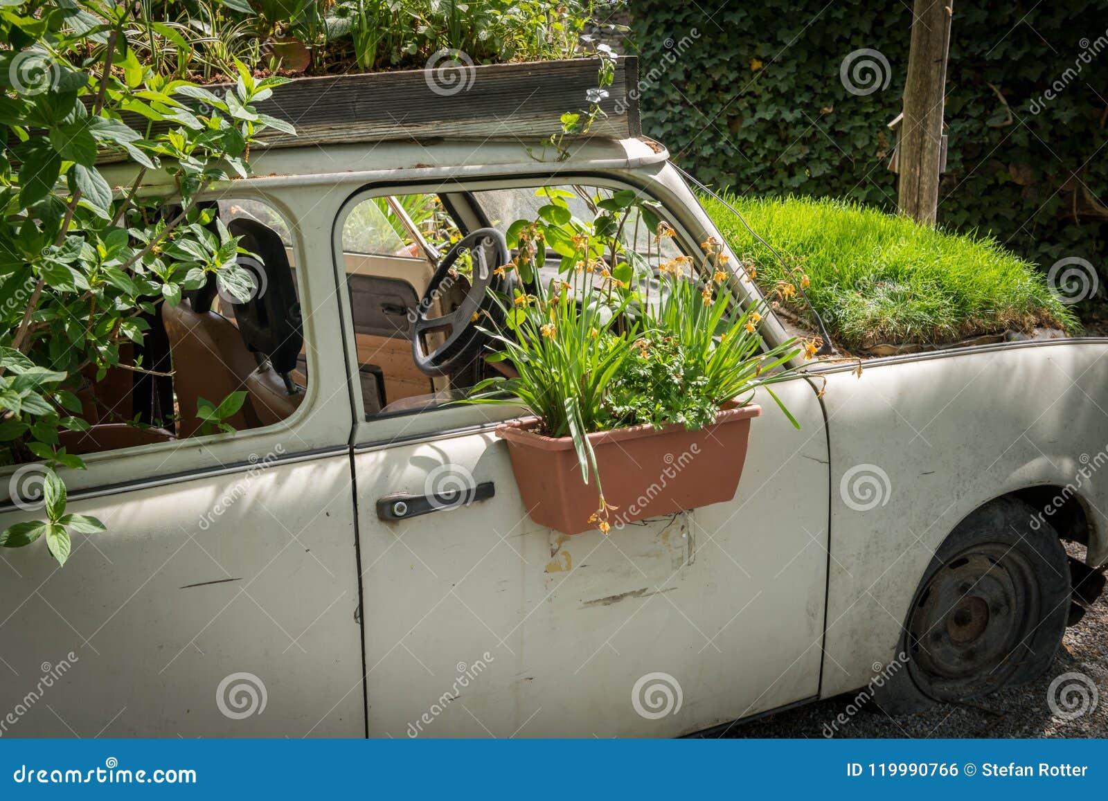 Vieille Voiture Utilisée Comme Décoration Dans Un Jardin Photo stock ...